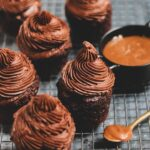 עוגות שוקולד עם קרם קרמל מלוח